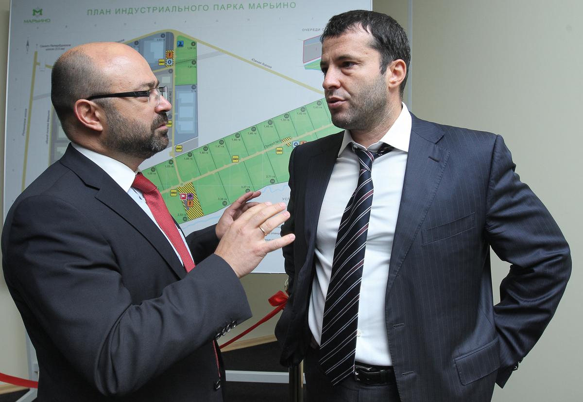 Владимир Вишневский (слева) разговаривает с инвестором на фоне плана Индустриального Парка МАРЬИНО